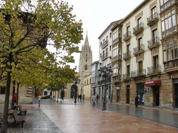 Plaza Porlier con Romer a la derecha y la Catedral al fondo en 1998